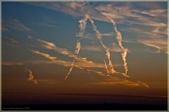 Закаты. Фото следов самолетов в вечернем небе