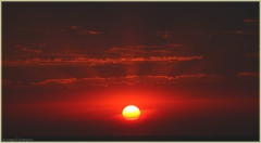 Лучи заходящего солнца. Красный летний закат. Фото закатов