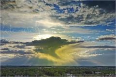 Удивительное желтое облако на закате