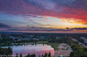 Облака на закате отражаются в озере. Фото