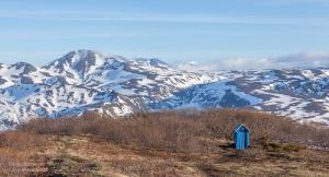 Горный пейзаж с одиноким туалетом на Вилючинском перевале