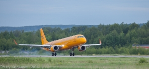 Желтый самолет Embraer 190 заходит на посадку. Фото