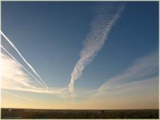 След от самолета в небе. Фото неба и облаков. Небеса фото
