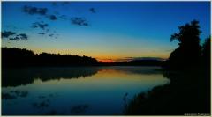 Ночной пейзаж. Панорама ночного озера. Плавающие свечи в воде