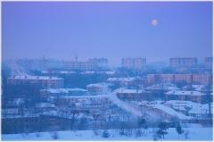 Морозное утро с Луной. Зимний пейзаж Утренний город. Луна над городом