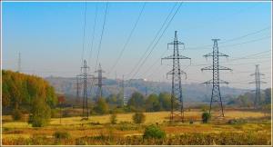 Промышленный осенний пейзаж с линией электропередач