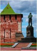 Памятник Валерию Чкалову и Георгиевская башня кремля. Фото Нижнего Новгорода