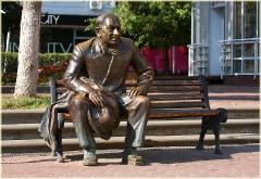 Металлическая скульптура. Сидящий человке. Скамейка. Фото Нижнего Новгорода. Городской пейзаж