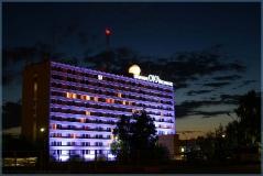 Гостиница Ока. Ночной фото. Сиреневая подсветка. Виды Нижнего Новгорода. Достопримечательности. Фото