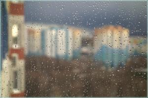 Дождливый весенний день. Капли на стекле. Микрорайон Водный мир