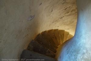 Спуск с малого минарета. Нижний ярус. Лестница и стены после реставрации