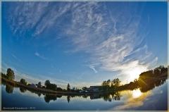 Летний закат над озером. Фото рыбьим глазом