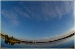 Атмосферная фотография с церковью и озером. FishEye
