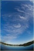 Красивые перистые облака над озером. FishEye